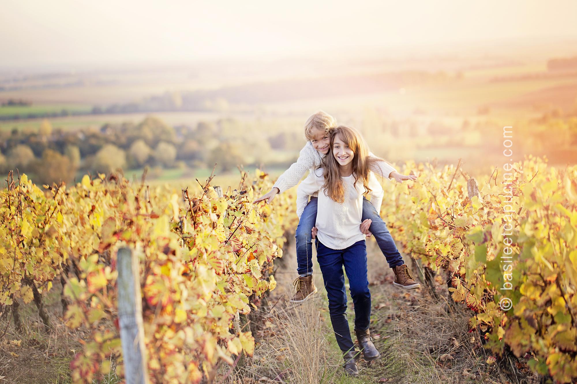 Photographe enfants Sancerre – Anna et Emilien dans les vignes
